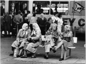 Vier Damen in Köln Neumarkt, ca. 1983. (Alfred Koch, Köln/DOMiD-Archiv)