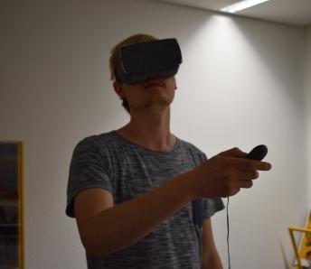 Niklas taucht in die virtuelle Welt mit einer VR-Brille